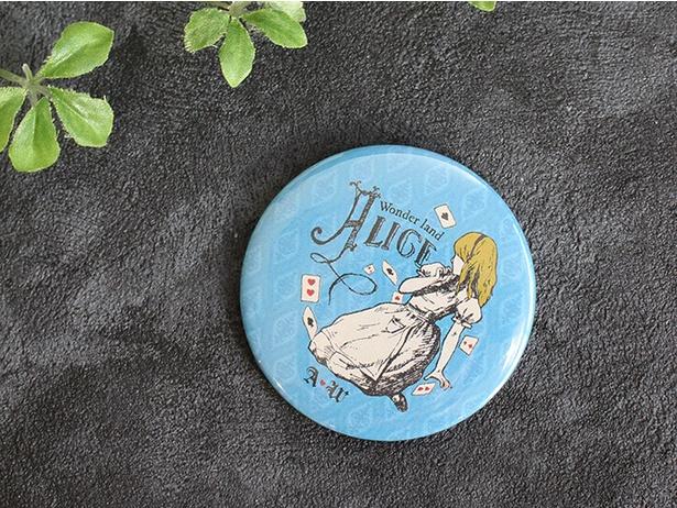 店舗でもコレクターの多い「水曜日のアリス 缶バッチ」(324円)は横浜ロフト限定デザインが登場 ※横浜ロフト限定商品のため数に限りあり