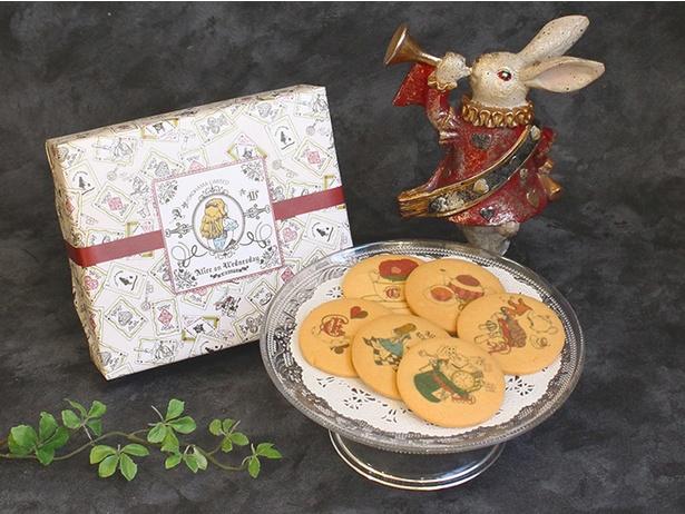クラシカルなアリスの世界が描かれた「プリントクッキーBOX」(648円、6枚入り)。クッキーも横浜ロフトオリジナルデザインで、おみやげに最適 ※横浜ロフト限定商品のため数に限りあり