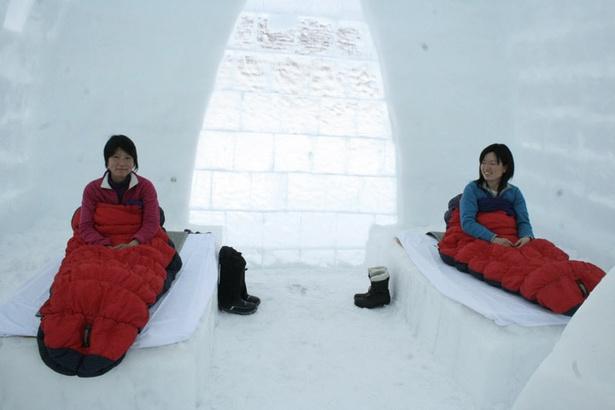 氷のベッドに南極や北極の探検に使われる極地用の寝袋を広げて眠りにつきます