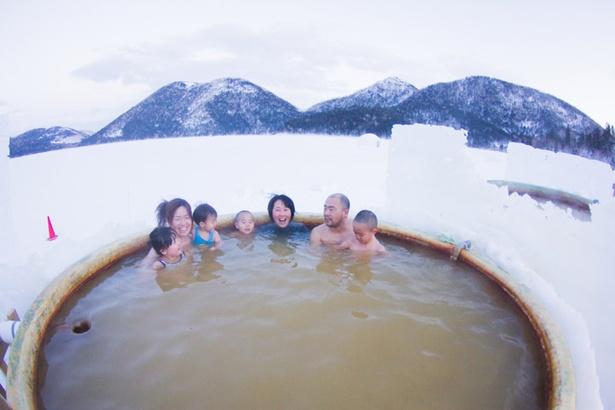 雄大な風景を見ながら温まる「氷上露天風呂」