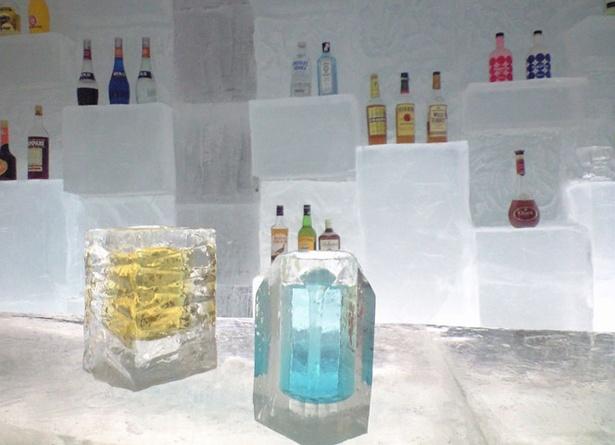 美しい氷のグラスに入ったカクテルはまるで宝石のよう