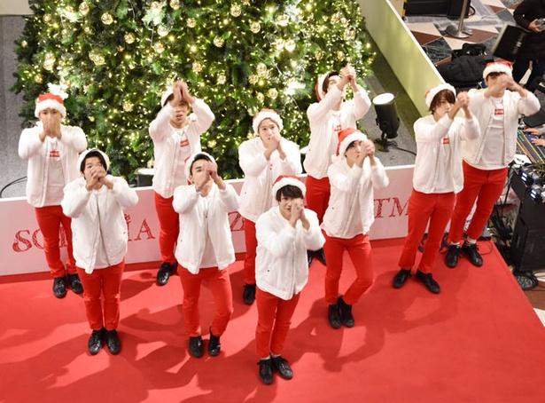 定番のクリスマスソングにあわせ、サンタクロースダンスを披露