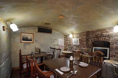 1階はカウンターのみだが、2階は洞窟を思わせるようなテーブル席