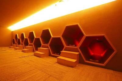 薬石サウナ「蜂巣房」。薬石サウナは入浴料+大人¥700が必要だ