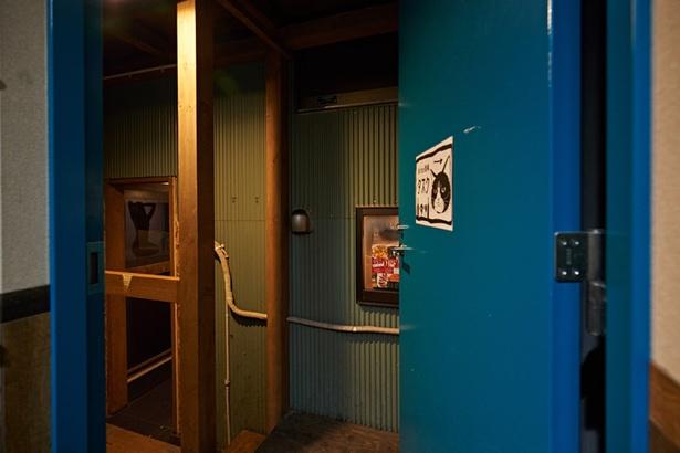 青い扉の向こうは「タヌキスクエア」