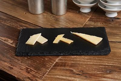 定期的にチーズの内容が変わる「北海道チーズ盛り合わせ」(500円)
