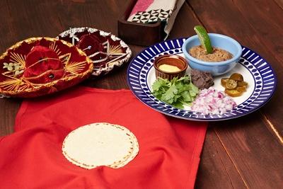 5種類の付け合わせと食べる「豚肉のタコス」(600円)