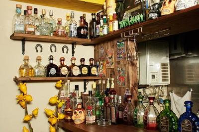 テキーラを始めとしたお酒がカウンターにずらり
