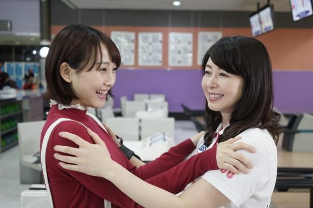 【写真を見る】第1話は松井玲奈演じる一美が、女子プロボウラー・加納由香(堀内敬子)に一美が最終列車で出会うところから始まる