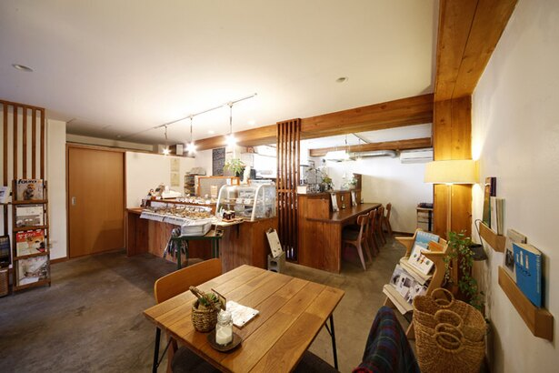 木のぬくもりあふれる店内。ドリンクやスープセットの注文でカフェスペースを利用できます