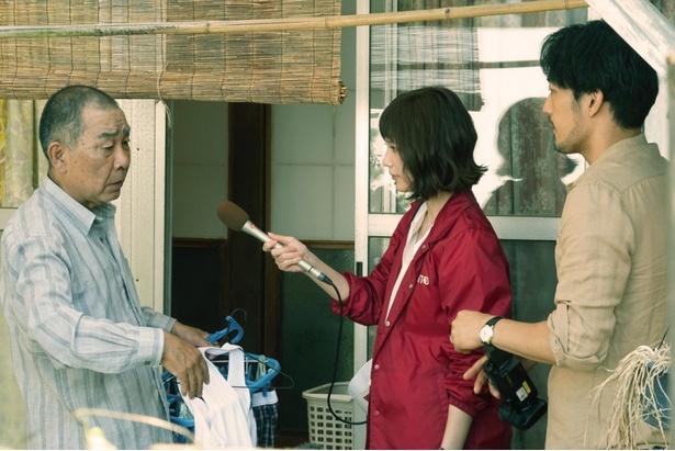 事件について調べるため、当時の担当刑事・赤坂(でんでん)の元を訪れる