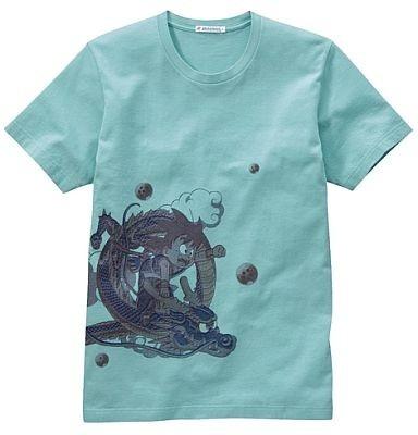 シェンロンにまたがった悟空がかわいい「ドラゴンボール」のTシャツ。シェンロンの尻尾がバックまで伸びていてかっこいい。カラーは写真のグリーンのみ