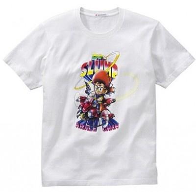 """""""きーん!""""と走り、""""んちゃ""""""""バイちゃ""""などの流行語も生んだ「Dr.スランプ アラレちゃん」の半袖Tシャツ。カラーは写真のホワイトのほか、ダークグレーあり"""