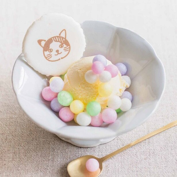 フェリシモ猫部は「猫さまの家紋が入った おめでたいお菓子「おいり」」(1293円)のウェブ予約販売を開始した