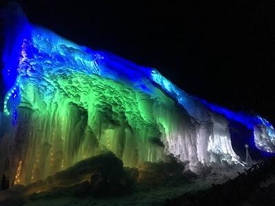 上信越高原国立公園内にある白糸ハイランドウェイ第1駐車場にて、日本夜景遺産認定の「氷柱白糸イルミネーション」を実施する