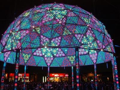 高さ10メートル、直径12メートルの「光マンダラドーム」に光が舞い降りた