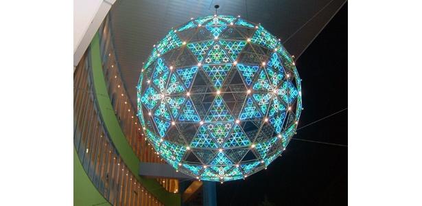 天井にも輝く球体のイルミ