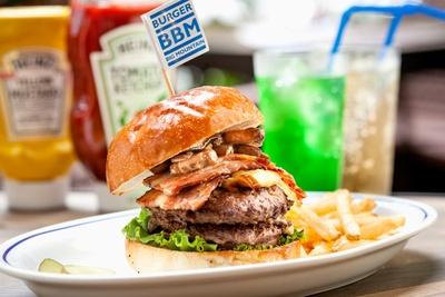 「BBMバーガー」(1680円)。定番かつ人気のメニュー。すべてのハンバーガーには、ポテトとピクルスが付く