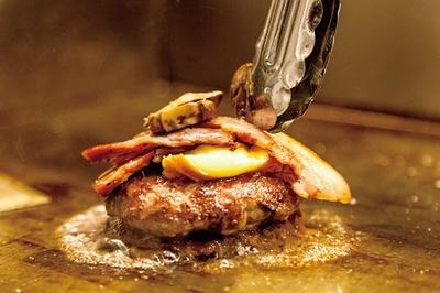 ボリューミーなBBMバーガーは、パティ、チーズ、ベーコン、マッシュルームの順に具材をのせる