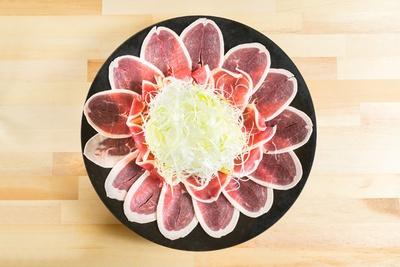 「博多の鴨しゃぶしゃぶ」(1人前1994円、写真は2人前)。鴨肉は国産ネギを巻いて4種類の薬味でどうぞ