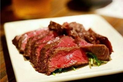 熊本県産あか牛のモモ肉をじっくり炭火で焼いてもらう。柔らかい内モモは旨味がたっぷり!