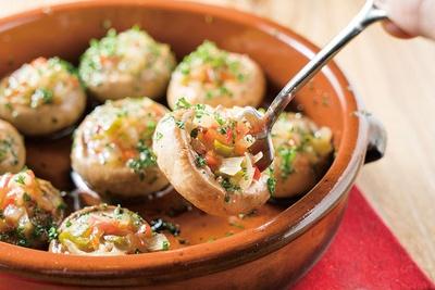 ニンニク、オリーブオイルが程よく香る「マッシュルームのオーブン焼き セゴビア風」(1058円)