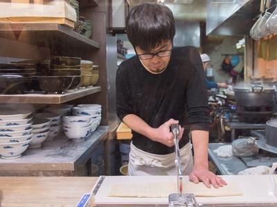 「おもてなしの心」を大切に、毎日厨房でうどんを作る2代目店主の山畑孝行さん