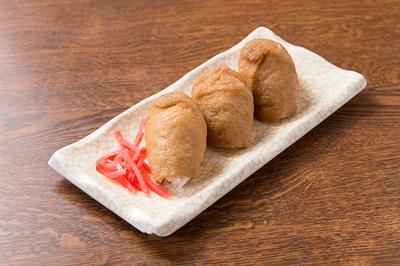 「いなり」(3個・216円)は三角型で甘めの味付け。1個(76円)から注文できる