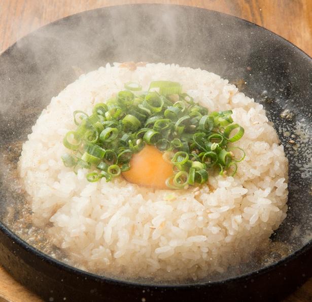 「とんこつ飯」(500円)。丼に残ったスープをかけ、よく混ぜて食べる