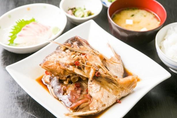 「鯛三昧」(800円)。真鯛2〜3匹分の頭を、しっかりとした味付けの甘めのタレで煮付ける