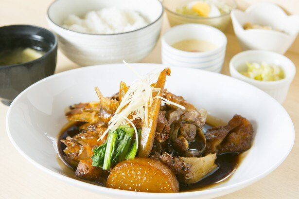 「天然鯛のあら炊き定食」(980円)は、甘濃い特製ダレがご飯のお供にぴったり