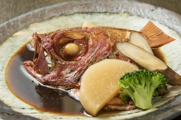 「キントキダイの煮付け」(3000円)。甘くて濃厚なダシの味が身によく染みている。目のまわりの身もおいしい