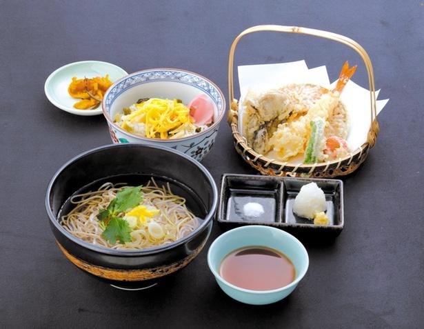 【北熊本SA上】「石臼焼きそばと5種の天ぷら御膳 たかなめし付」(1382円)