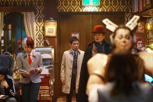 【写真を見る】秘密クラブにはコスプレした人がたくさん! インパクト強めな第1話シーンカット公開
