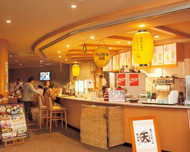 オープンな空間はお酒を片手にわいわい食事をするのにぴったり/角ハイボール麺酒場「天」