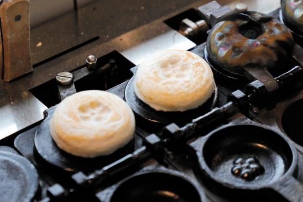 使い込んだ焼き型と焼き上げが香ばしさの秘訣