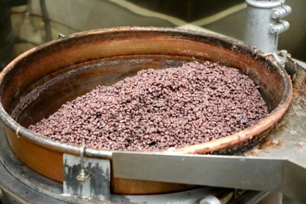 高級小豆「雅」を丁寧にアク抜き。じっくり炊き上げ、上品な甘さを引き出す