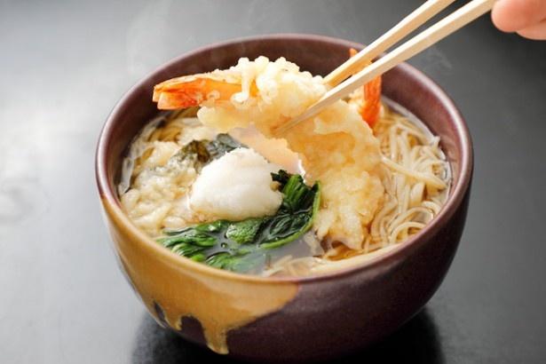 海外の観光客にも人気「天ぷら蕎麦」(1500円)