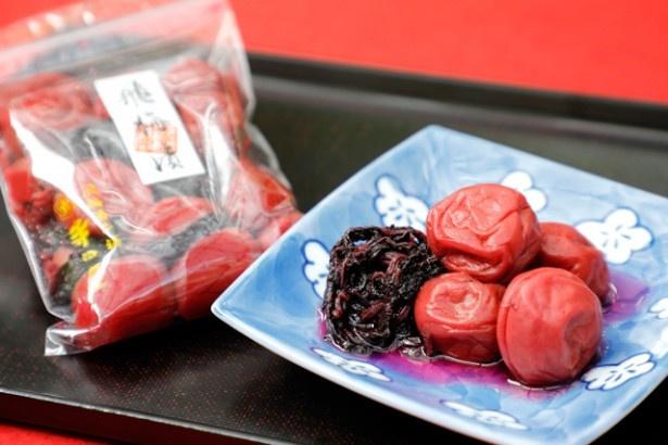 昔ながらのしょっぱい梅が人気「飛梅漬」(大粒200g/800円)