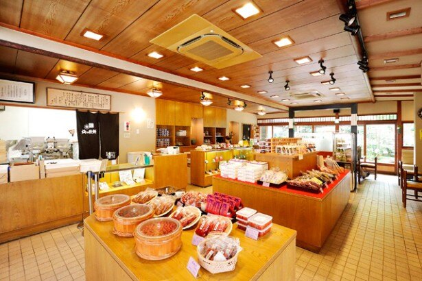 広い店内には、「飛梅」をはじめとする梅商品が数多く並ぶ