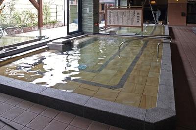 「炭酸風呂」。深層水に炭酸ガスを溶かし込んだお湯が、血行をよくして美肌効果も高める/彩都天然温泉 すみれの湯