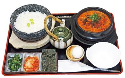 人気の「スンドゥブ」(1360円)は持ち帰りもできる/食彩厨房 すみれ亭