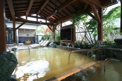【写真を見る】「天然温泉」。浴槽の上に設置された大型テレビも特徴/彩都天然温泉 すみれの湯