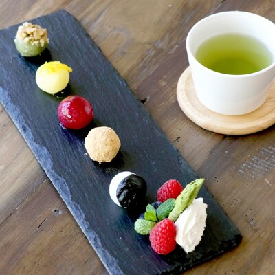 1日20食限定の「BOTANICAL RICE CAKE」は、目にも楽しい5色のお餅デザートでミニ緑茶がついている