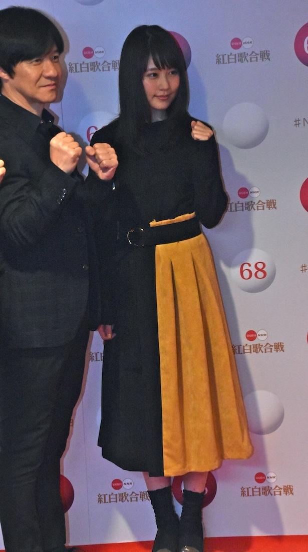 【写真を見る】有村架純がスカート姿で登場。萌え袖ガッツポーズと笑顔がかわい過ぎる!!