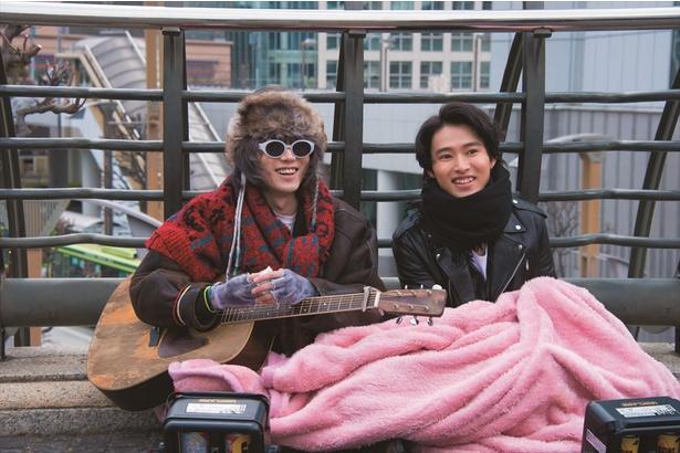 【写真を見る】一枚の毛布をシェアする山崎&菅田