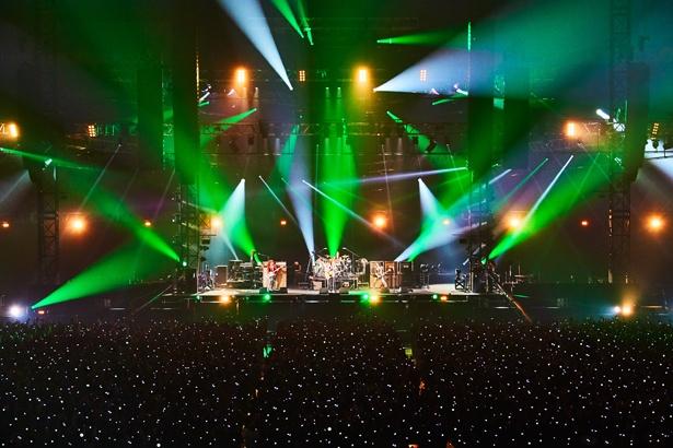 【写真を見る】約3時間・全27曲とにもおよぶライブは、バンド史上で最大の曲数を披露
