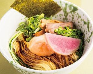 鳥佳まぜそば(一口追い飯付き)(800円)。鳥佳の甘くも深みのあるタレがツルもち麺によく絡む