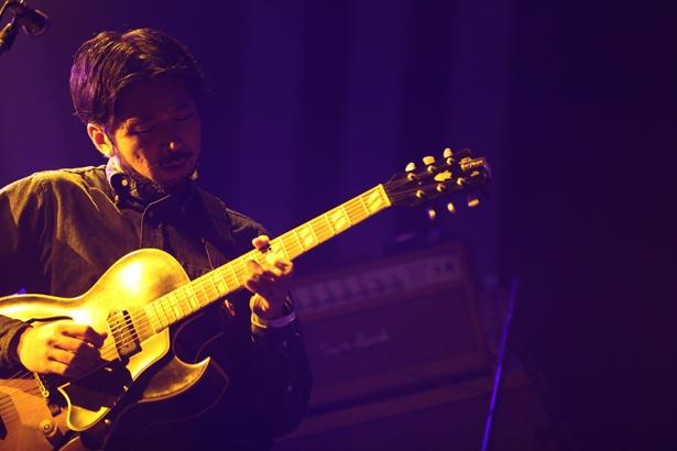 """ギターをかき鳴らす柳下""""DAYO""""武史"""