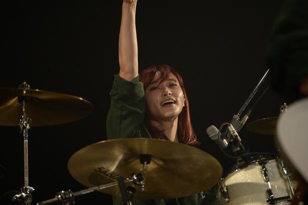 ドラムを楽しそうに叩くRINA